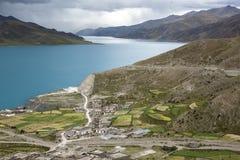 Mała wioska lokalizująca na stronie jezioro Yang Zhuo Yong jezioro obrazy stock