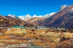 Mała wioska Machhermo gubjący wśród himalajskich halnych szczytów obrazy stock