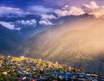 Mała wioska na wzgórzu zaświecał sunbeam przy zmierzchem w Nepal zdjęcia royalty free