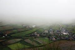 Mała wioska pod mgłą i chmurą Zdjęcie Stock