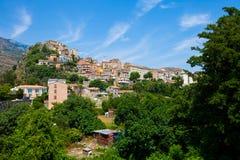 Mała wioska umieszczał na górze w Corsica obrazy royalty free