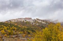 Mała wioska umieszczał na górze wzgórza, Barrea, Abruzzo, Włochy Oc fotografia stock