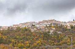 Mała wioska umieszczał na górze wzgórza, Barrea, Abruzzo, Włochy Oc fotografia royalty free