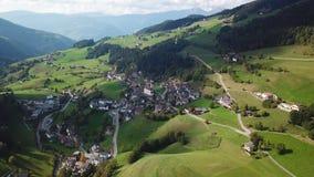 Mała wioska w dolomitach San Pietro Di Laion, Włochy Powietrzny materia? filmowy zbiory wideo