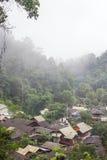 Mała wioska w mgle przy północnym Tajlandia obraz stock