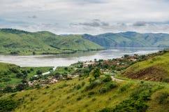 Mała wioska w zielonych wzgórzach przy Kongo rzeką, Demokratyczny Republika Kongo, Afryka zdjęcie stock