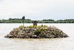 Mała wyspa kamienie z lataniem i gniazdować frajerami na Danu Zdjęcie Royalty Free
