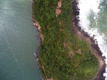 Mała wyspa otaczająca oceanem obraz stock