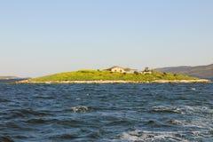 Mała wyspa w błękitnym morzu Obraz Stock