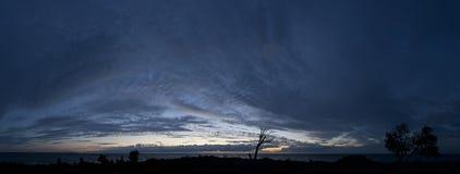 Mała wyspa w morze bałtyckie panoramie Pojedynczy nieżywy drzewo, zmierzch i burzowa noc na plaży, Estonia, Europa Zdjęcia Stock