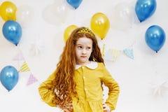 Mała wzburzona dziewczyna z wyrażeniem na twarzy Zdjęcia Royalty Free