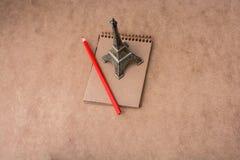 Mała wzorcowa wieża eifla, notatnik i ołówek, obrazy stock