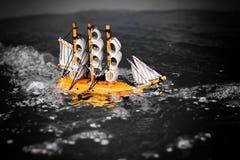 Mała zabawkarska łódź w wodzie z dużymi falami fotografia stock