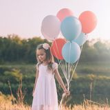Mała zadumana dziewczyna z kolorowymi balonami fotografia royalty free