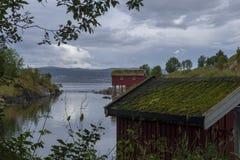 Mała zatoka z boathouse i chmurny niebo w tle fotografia royalty free