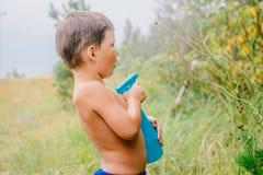Mała zdziwiona chłopiec rozpyla wodę zdjęcia royalty free