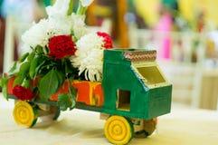 Mała zielona drewniana handmade ciężarówka kształtował kwiatu właściciela na stole zdjęcia stock