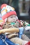 Mała zimy chłopiec w spacerowiczu Zdjęcie Stock