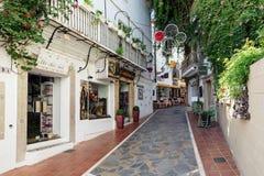 Mała zupełnie wąska ulica z tradycyjną Andaluzyjską architekturą Zdjęcia Royalty Free