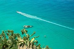 Małe łódki na krysztale - jasny morze Zdjęcia Royalty Free