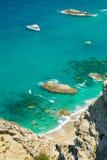 Małe łódki na krysztale - jasny morze Obrazy Stock