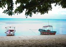 Małe Łódki na plaży fotografia stock
