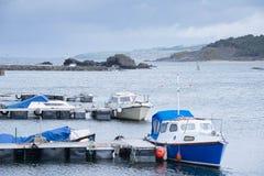 Małe Łódki Osłania w dziewczyny schronieniu Blisko Girvan Szkocja Obraz Royalty Free