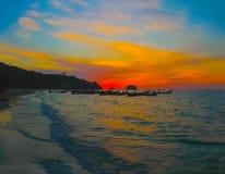 Małe łódki przy Andaman morzem w zmierzchu Obrazy Stock
