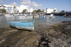 Małe łódki przy kotwicą w Areciffe Zdjęcia Stock