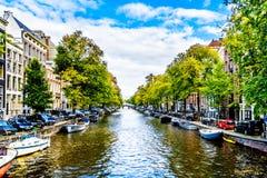 Małe łódki samochody, rowery i dżentelmenu kanał w historycznym centrum Amsterdam wykłada Herengracht, zdjęcie royalty free
