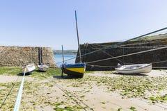 Małe łódki zawieszać na statku w małym porcie Francja, Portowy Racine, Cotentin półwysep obrazy royalty free