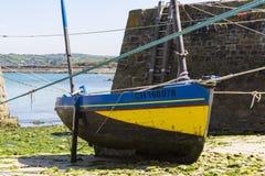 Małe łódki zawieszać na statku w małym porcie Francja, Portowy Racine, Cotentin półwysep zdjęcia royalty free