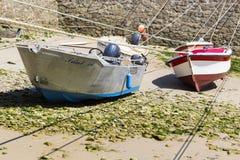 Małe łódki zawieszać na statku w małym porcie Francja, Portowy Racine, Cotentin półwysep fotografia royalty free