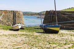Małe łódki zawieszać na statku w małym porcie Francja, Portowy Racine, Cotentin półwysep zdjęcie stock