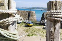 Małe łódki zawieszać na statku w małym porcie Francja, Portowy Racine, Cotentin półwysep zdjęcie royalty free