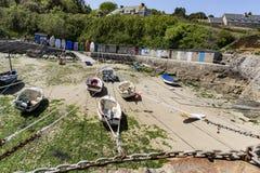Małe łódki zawieszać na statku w małym porcie Francja, Portowy Racine, Cotentin półwysep zdjęcia stock
