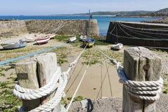 Małe łódki zawieszać na statku w małym porcie Francja, Portowy Racine, Cotentin półwysep fotografia stock