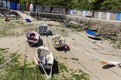 Małe łódki zawieszać na statku w małym porcie Francja, Portowy Racine, Cotentin półwysep obrazy stock