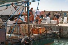 Małe łodzie rybackie i rybacy na wybrzeżu Zdjęcie Royalty Free