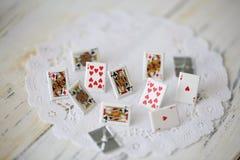 Małe śliczne metal karty jako uprawia hazard pojęcie obrazy stock