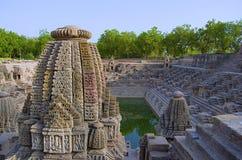 Małe świątynie i kroki dosięgać dno rezerwuar słońce świątynia, Modhera wioska Mehsana okręg, Gujarat Obrazy Royalty Free