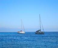 Małe żagiel łodzie na otwartej wodzie Fotografia Royalty Free