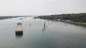 Małe żeglowanie łodzie w cieśninie z wielkim tankowem Żaglówki i tankowiec zdjęcie wideo