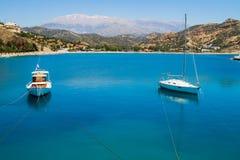Małe błękitne i białe łodzie rybackie. Zdjęcia Royalty Free