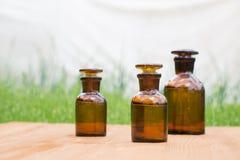 Małe brown butelki dalej booden deskę i trawy Zdjęcie Royalty Free