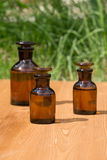 Małe brown butelki dalej booden deskę i trawy zdjęcia stock