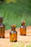 Małe brown butelki dalej booden deskę i trawy fotografia stock