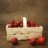 małe czerwone jabłko koszykowa Obrazy Royalty Free
