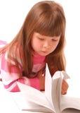 małe czytanie książki dziewczyny Zdjęcie Royalty Free