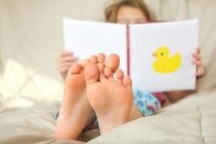 małe czytanie książki dziewczyny zdjęcia royalty free